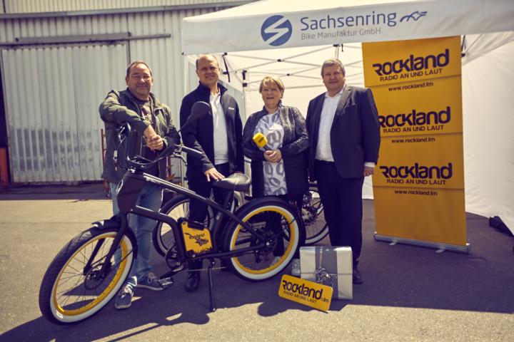 Der e-Cruiser im Rockland.fm Design von YouMo, wird im Werk der Sachsenring Bike Manufaktur GmbH an den glücklichen Gewinner übergeben übergeben.