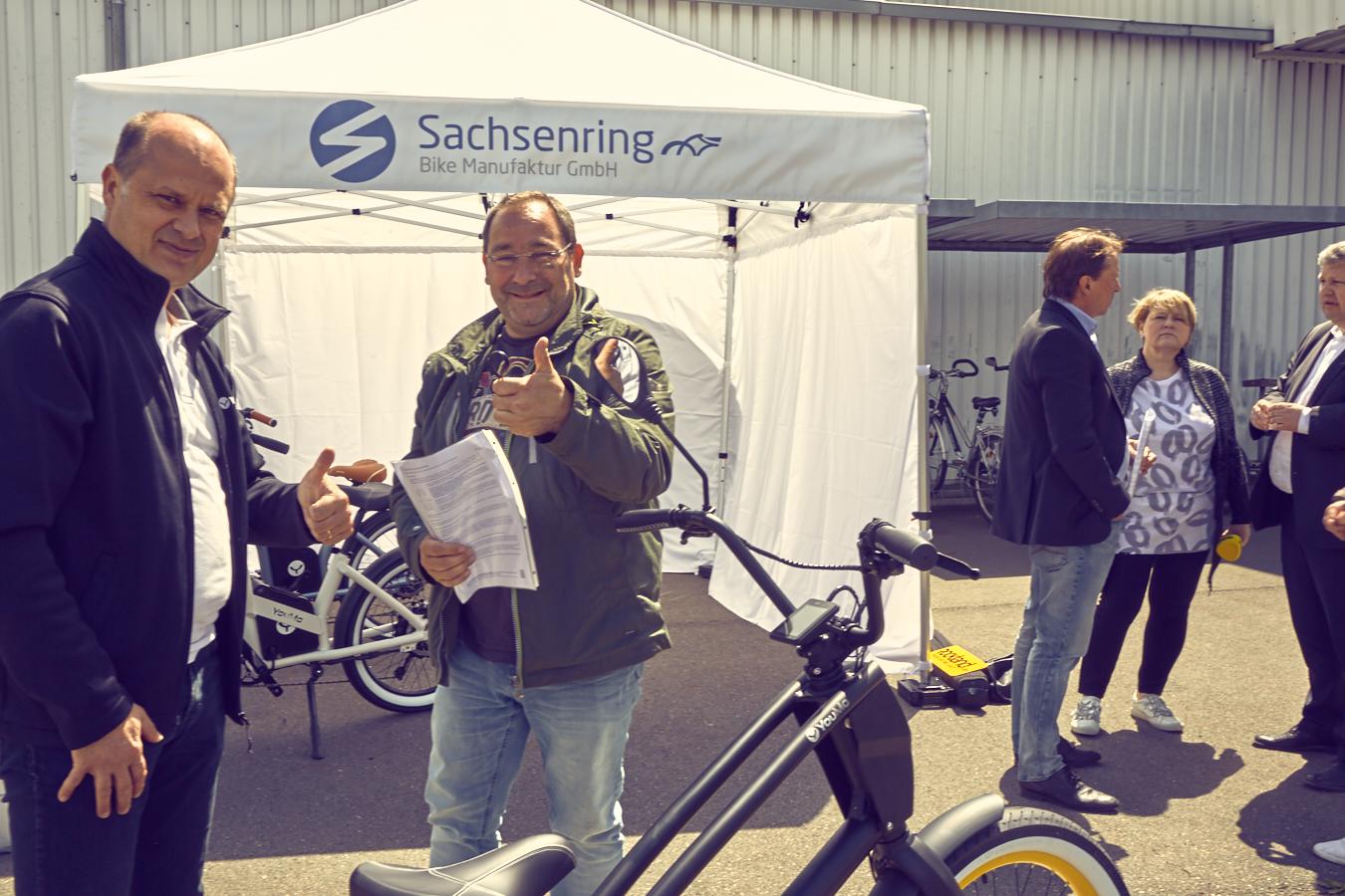 Schlüsselübergabe. Kurt Späte, Geschäftsführer YouMo übergibt den Schlüssel des e-Cruisers an den Gewinner Ralf Kubiak aus Halle/Saale.
